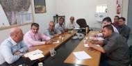 اللجنة الشعبية للاجئين تناقش قضايا اللاجئين مع مسؤولي الأونروا برفح